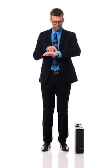 Geschäftsmann, der zeit auf wache prüft