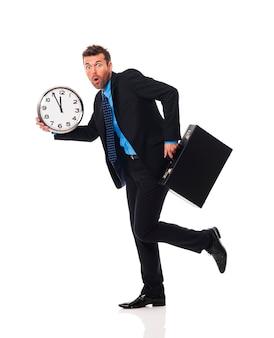 Geschäftsmann, der zu spät für ein treffen läuft