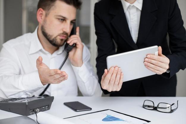 Geschäftsmann, der zusammen im büro arbeitet