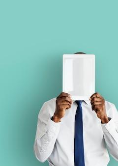 Geschäftsmann digital tablet face covered-kopien-raum-technologie-konzept