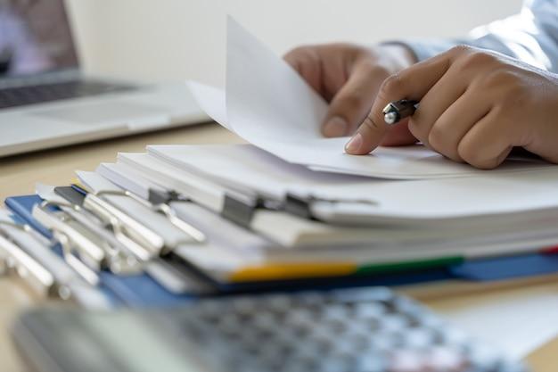 Geschäftsmann dokumentiert geschäftsberichtspapiere, joberfolge analysieren sie dokumentpläne