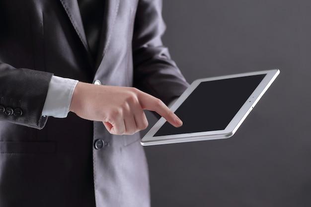 Geschäftsmann drückt seinen finger auf dem bildschirm der digitalen registerkarte