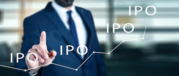 Geschäftsmann drückt taste iipo initial public offering netzwerk auf karte