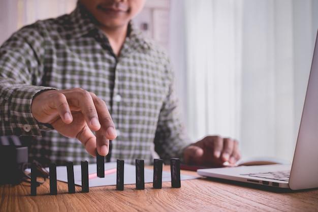 ฺ geschäftsmann einstellung domino, konzept der unternehmensgründung, toptable.