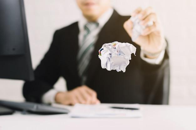 Geschäftsmann emotionen und scheitern konzept zerknittertes papier auf tisch mit, unglücklich keine ahnung zu denken, papiere im büro zu werfen