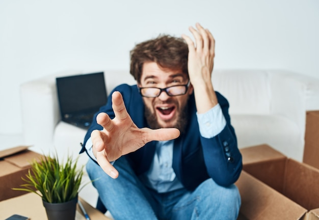 Geschäftsmann-emotionsboxen mit offiziellen büro-dingen