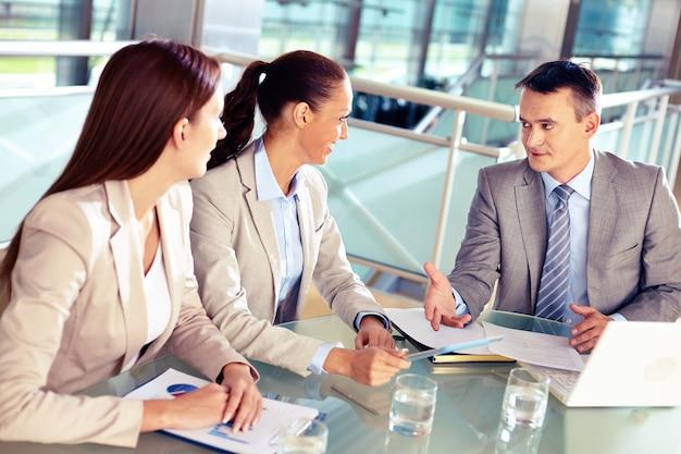 Geschäftsmann erklärt, den finanzplan zu kollegen