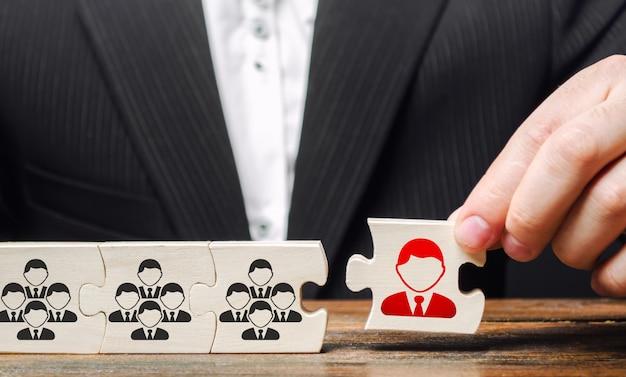 Geschäftsmann ernennt einen führer zum leiter des teams. schaffung eines effektiven teams von spezialisten