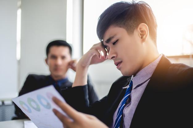 Geschäftsmann ernst über die arbeit hart bis kopfschmerzen getan