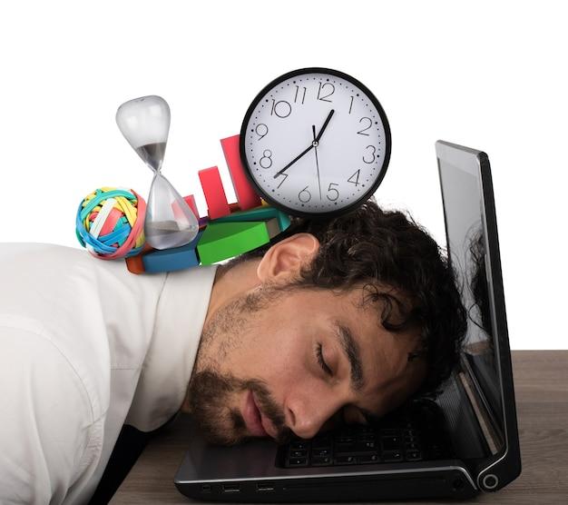 Geschäftsmann erschöpft von der geschäftskrise, die über computer schläft