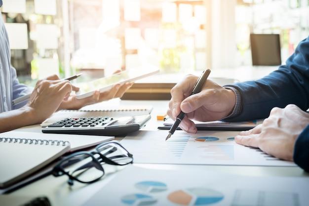 Geschäftsmann finanzinspektor und sekretär berichten, berechnen oder überprüfen gleichgewicht. internal revenue service inspektor prüfung dokument. prüfungskonzept