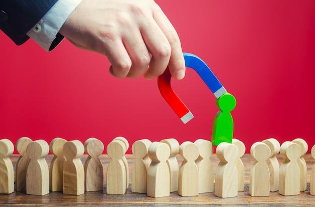 Geschäftsmann findet die richtige person für den job. suchen sie nach fachleuten für offene stellen