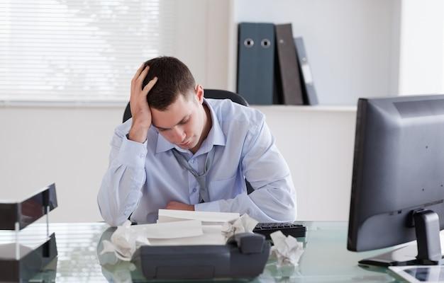 Geschäftsmann frustriert durch schreibarbeit