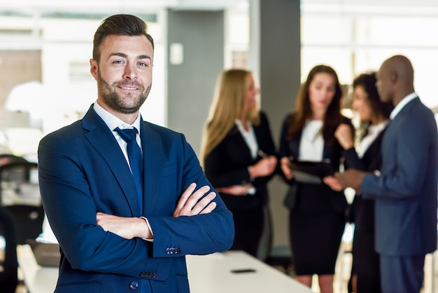Geschäftsmann führer in modernen büro mit geschäftsleuten arbeiten
