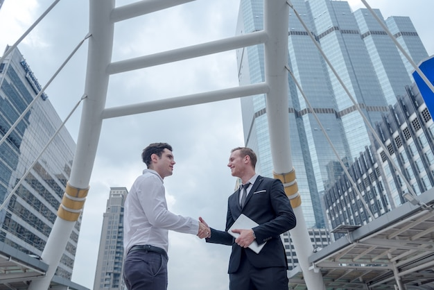 Geschäftsmann geben hand für den erfolg des vertragskonzepts