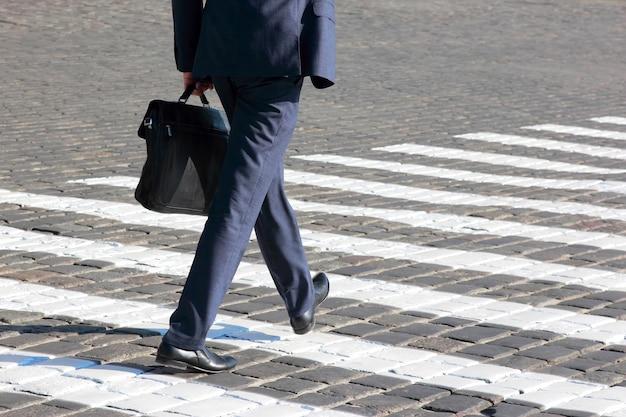 Geschäftsmann geht auf fußgängerüberweg