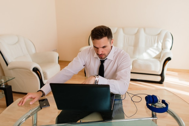 Geschäftsmann gekleidet im hemd, das videoanruf auf computer im hauptbüro, isolation hat
