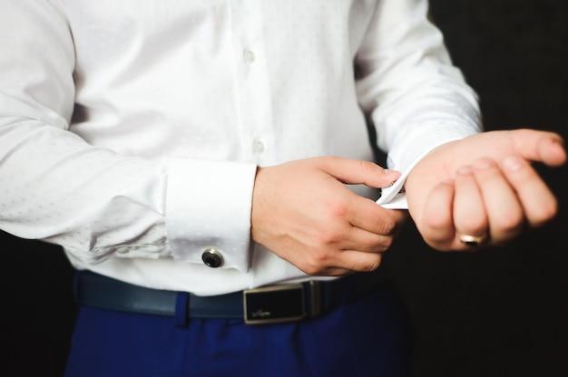 Geschäftsmann gekleidetes kostüm vor dem treffen mit partnern