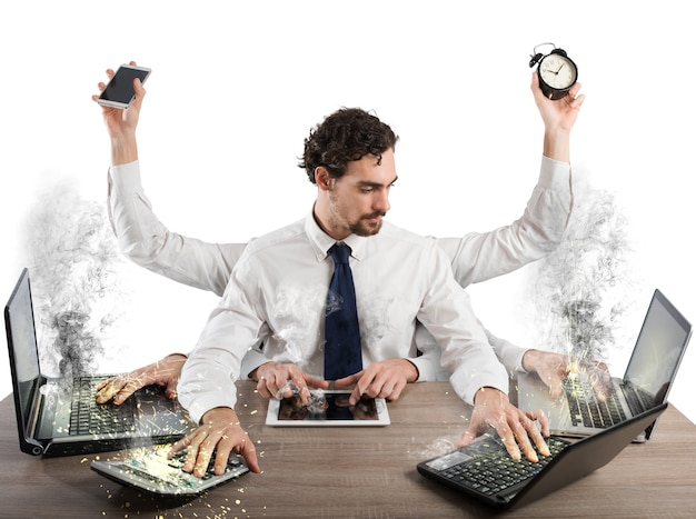 Geschäftsmann gestresst von zu viel arbeit