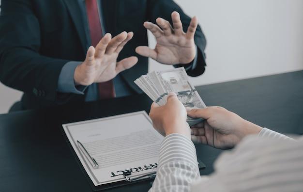 Geschäftsmann gibt den regierungsbeamten bestechungsgelder, die geldkorruption und antikorruption ablehnen