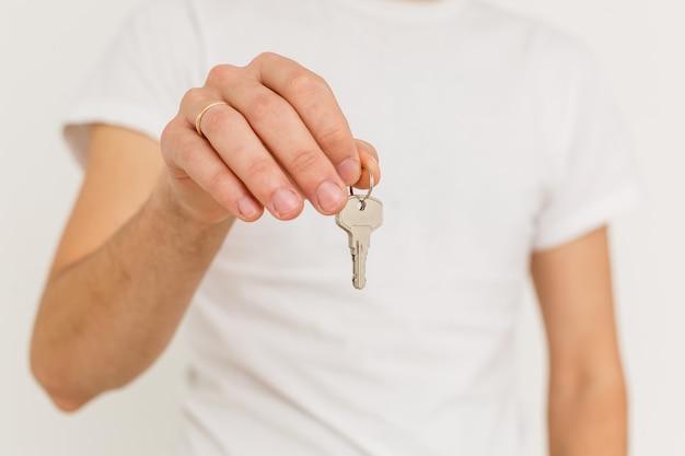 Geschäftsmann gibt die schlüssel zum auto