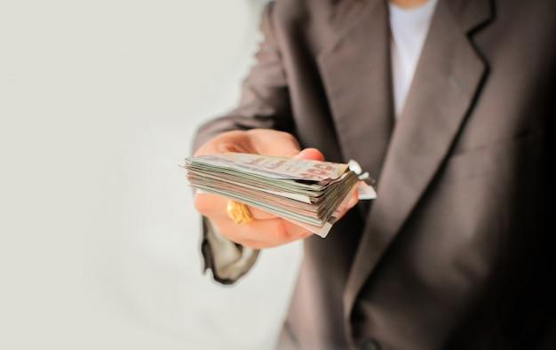 Geschäftsmann gibt dir viel geld