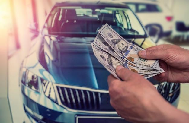 Geschäftsmann gibt geld, um ein auto für den sommerurlaub zu mieten. finanzierungskonzept