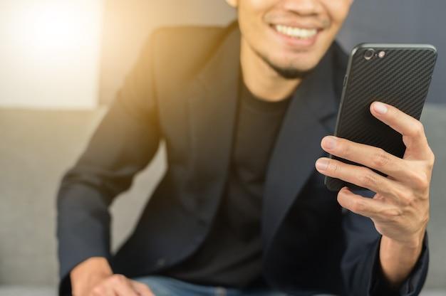 Geschäftsmann glücklich mit mobilem smartphone