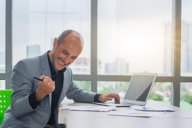 Geschäftsmann glücklicher handel mit online-börsen-forex- oder kryptowährungserfolgen
