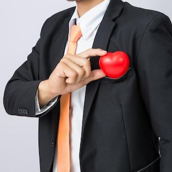 Geschäftsmann hält das rote herz, lokalisierten hintergrund aus