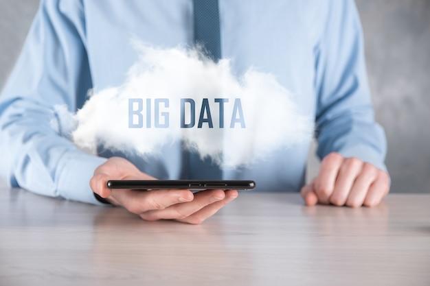 Geschäftsmann hält die inschrift big data