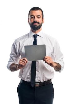 Geschäftsmann hält ein leeres plakat