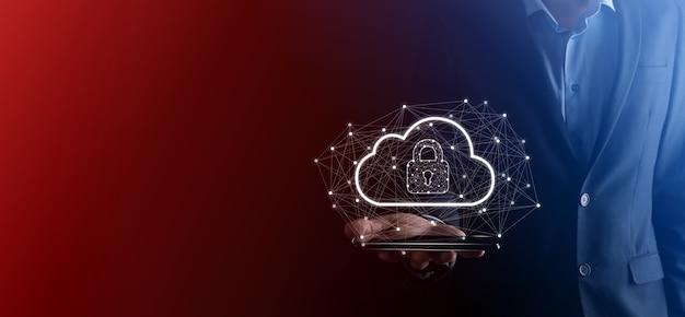 Geschäftsmann hält, hält cloud-computing-daten und sicherheit für globale netzwerke, vorhängeschloss und cloud-symbol. technologie des geschäfts.cybersicherheit und informations- oder netzwerkschutz.internetprojekt
