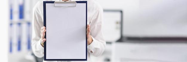 Geschäftsmann hält klebold mit weißem leerem blatt. konferenzaufzeichnungskonzept