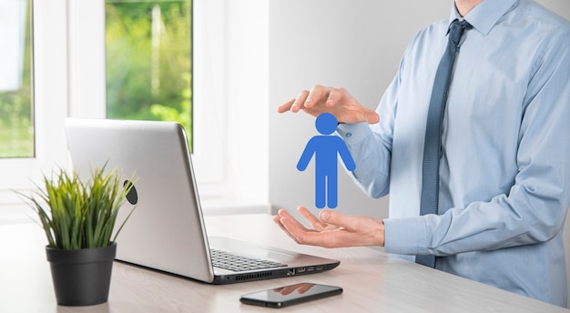 Geschäftsmann hält mann-personen-symbol auf dunklem hintergrund. hr-mensch, menschen-symbol technologie-prozesssystemgeschäft mit rekrutierung, einstellung, teambildung. organisationsstrukturkonzept