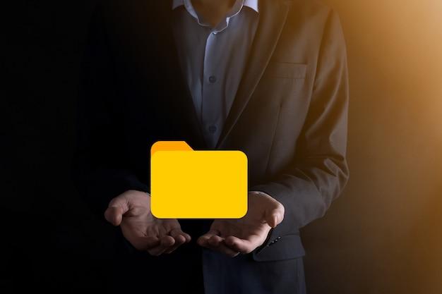 Geschäftsmann hält ordnersymbol. dokumentenverwaltungssystem oder dms-einrichtung durch it-berater mit modernem