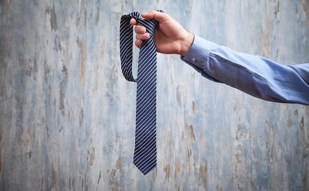 Geschäftsmann hält seine krawatte. mode, lifestyle
