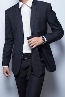 Geschäftsmann hält seine krawatte