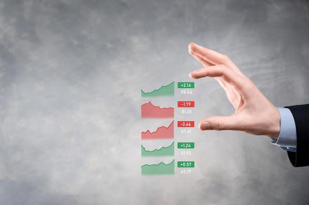Geschäftsmann hält tablette, die verkaufsdaten und wirtschaftswachstumsgraphendiagramm analysiert