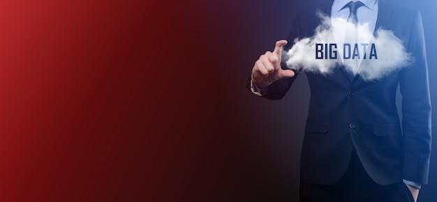 Geschäftsmann hält wolke mit inschrift, wort grosse daten