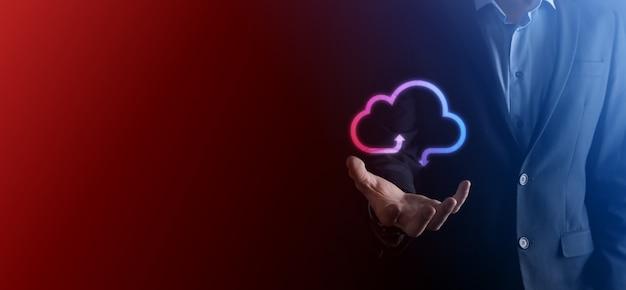 Geschäftsmann halten cloud-symbol. cloud-computing-konzept - smartphone mit cloud verbinden. computer