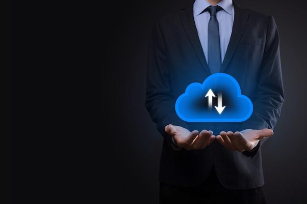 Geschäftsmann halten cloud-symbol. cloud-computing-konzept - smartphone mit cloud verbinden. computernetzwerkinformationstechnologe mit smartphone. großes datenkonzept.
