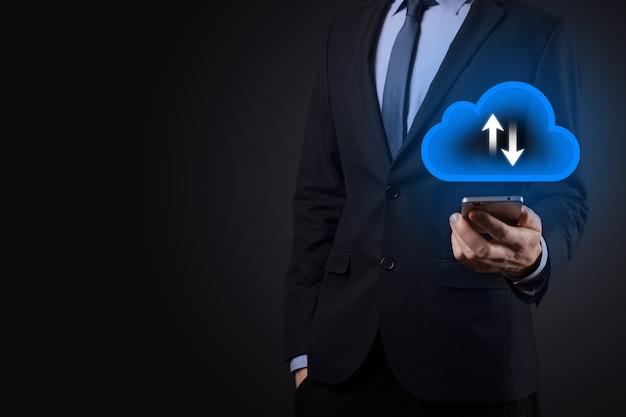 Geschäftsmann halten cloud-symbol. cloud-computing-konzept - smartphone mit cloud verbinden.