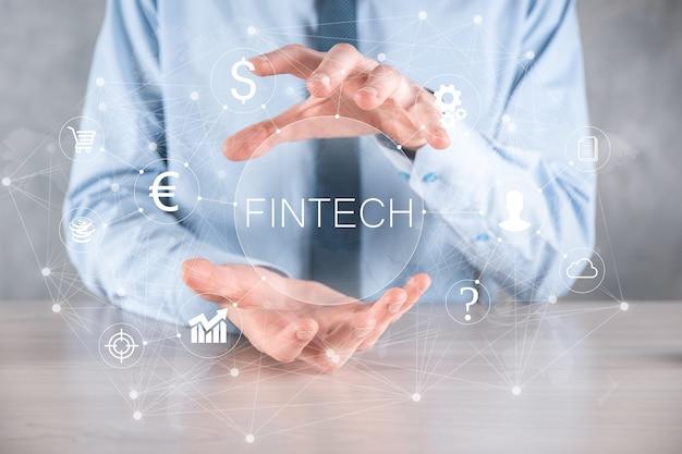 Geschäftsmann halten fintech-finanztechnologiekonzept. business-investment-banking-zahlung. kryptowährungsinvestitionen und digitales geld. geschäftskonzept auf virtuellem bildschirm.