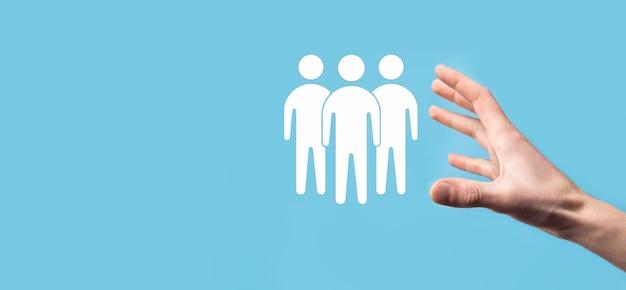 Geschäftsmann halten teamwork-symbol. aufbau eines starken teams. menschen-symbol. personal- und managementkonzept. social networking, assessment center-konzept, personal audit oder crm-konzept.