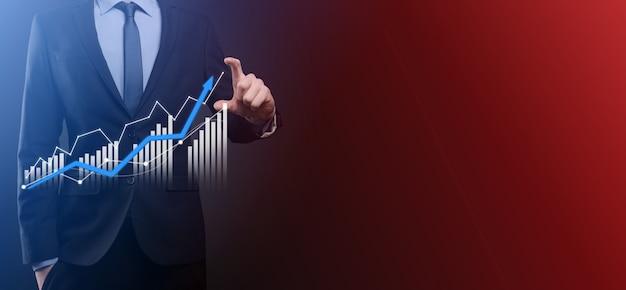 Geschäftsmann halten zeichnung auf dem bildschirm wachsende grafik, pfeil des positiven wachstumssymbols. zeigen auf kreatives geschäftsdiagramm mit aufwärtspfeilen. finanzielles, geschäftswachstumskonzept.