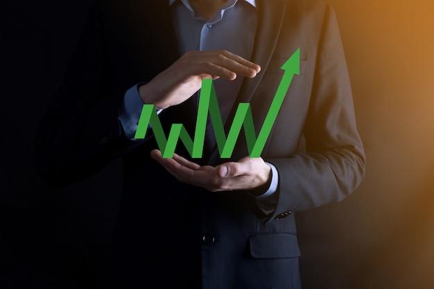 Geschäftsmann halten zeichnung auf dem bildschirm wachsenden diagramm, pfeil des positiven wachstumssymbols