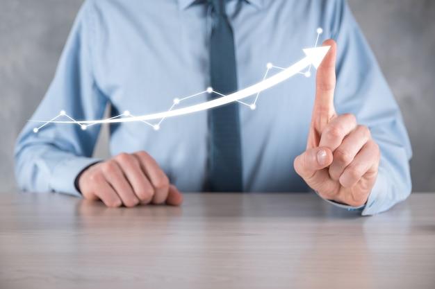 Geschäftsmann halten zeichnung auf dem bildschirm wachsendes diagramm, pfeil des positiven wachstumssymbols