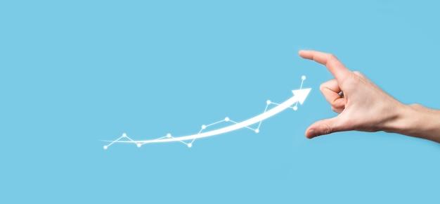 Geschäftsmann halten zeichnung auf wachsendem diagramm des bildschirms, pfeil des positiven wachstums icon.pointing auf kreatives geschäftsdiagramm mit aufwärtspfeilen.