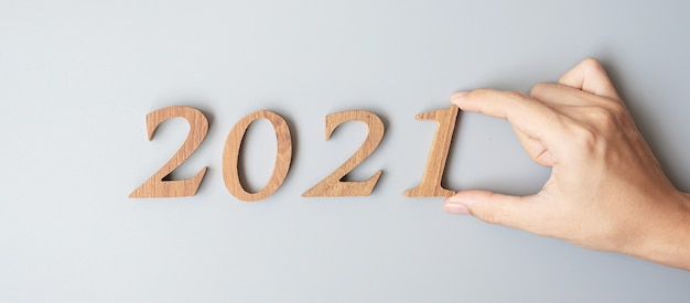 Geschäftsmann hand ändern holz nummer 2020 bis 2021